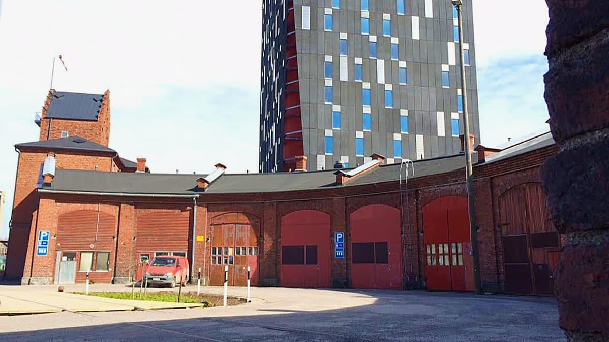 Torni-hotellin parkkipaikka ja hotelli.