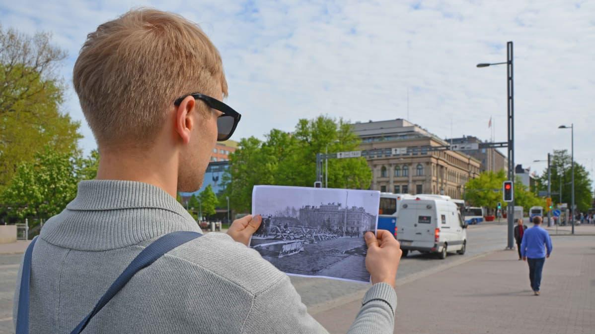 Jesse Eskelinen katsoo sisällissodan aikaista kuvaa Hämeensillalla.
