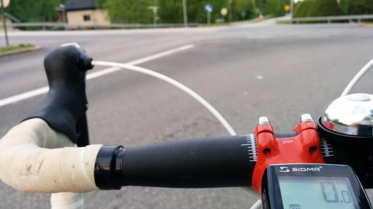 Polkupyöräilijä risteyksessä.