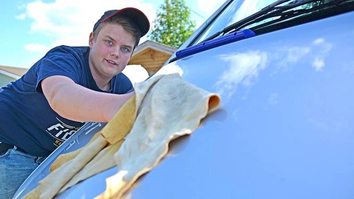 Mies pesee auton konepeltiä.