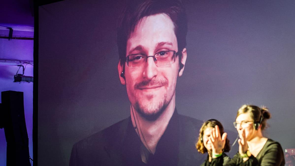 Edward Snowdenin videostriimi Berliinissä.