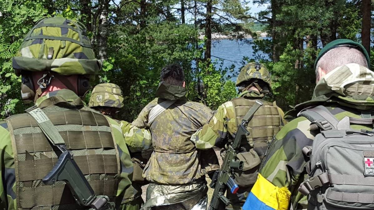Ruotsalaiset rannikkojääkärit harjoittelevat haavoittuneen siirtoa.