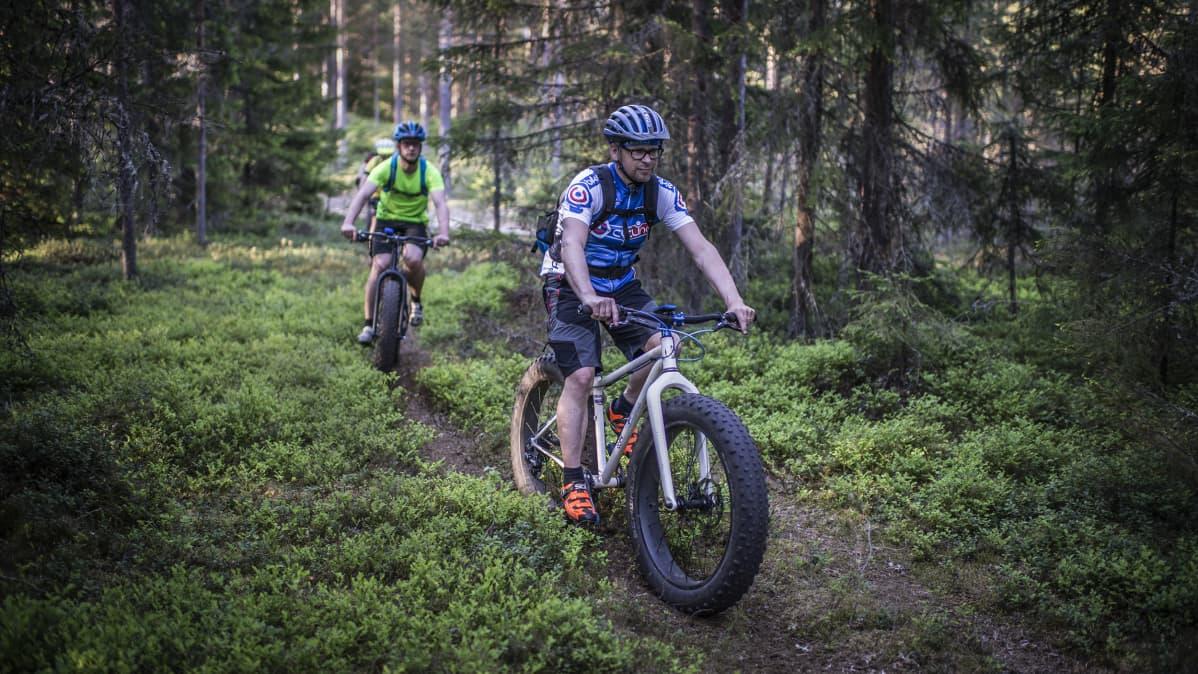 Kokkolalaisen maastopyöräseura Kammenkiertäjien fatbike-pyöräilijöitä yhteislenkillä.