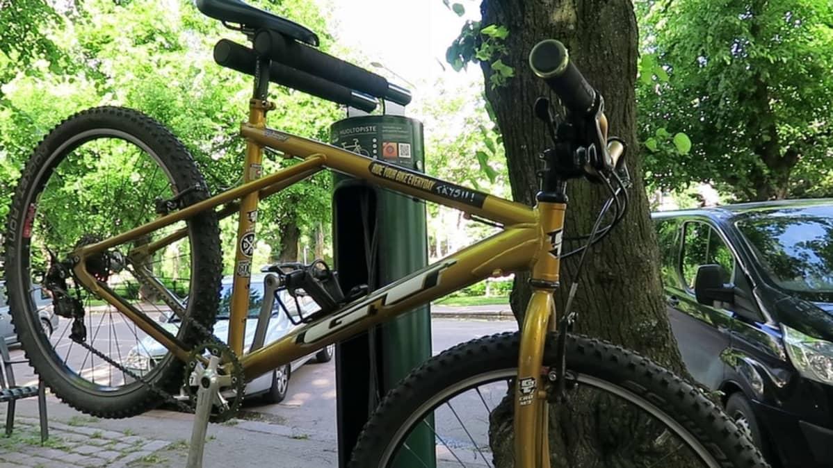 Pyörä huoltotelineessä.