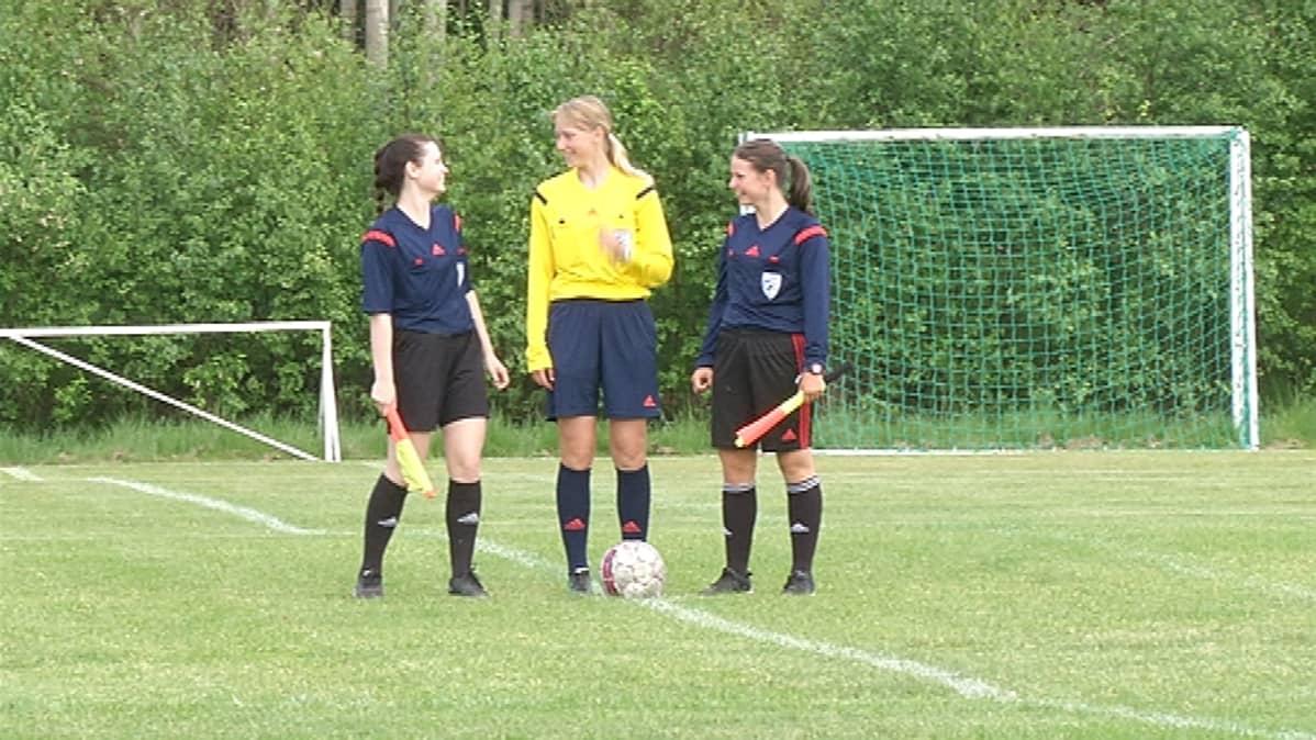 Alexandra (oikealla), Ksenia ja Alina Koulik hoitavat yhteistuumin junioriotteluiden tuomaroinnin.