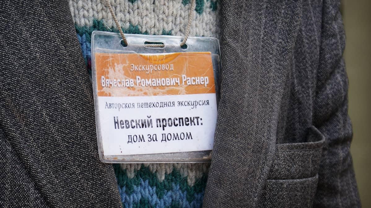 Opaskyltti Vjatseslav Rasnerin kaulassa.