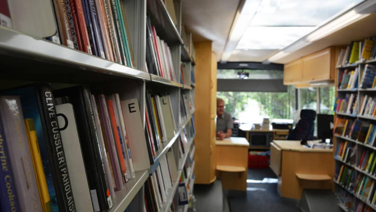 Kirjoja kirjastoautossa.
