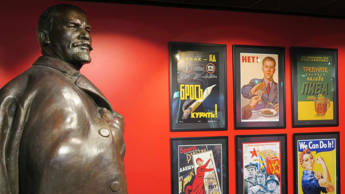 Leninin patsas ja julisteita Lenin museossa.