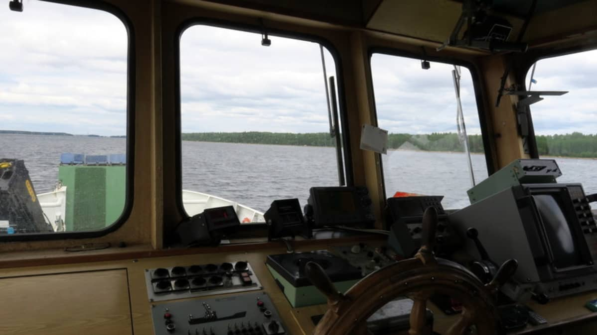 Laivan ohjaamo.