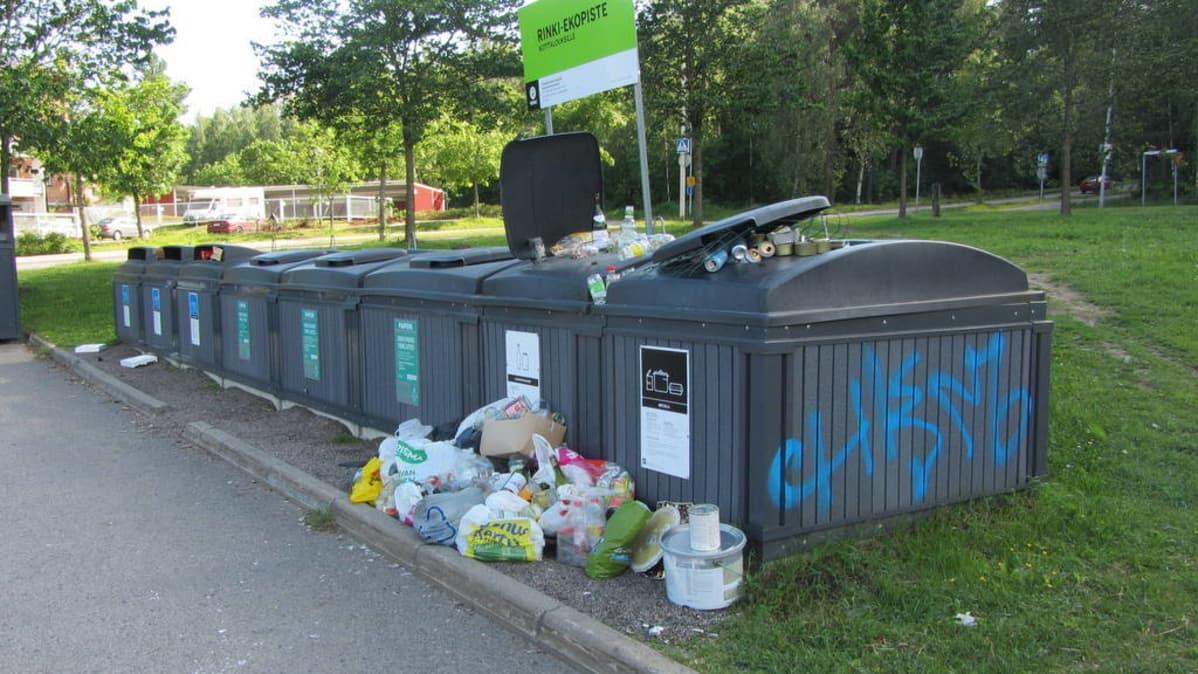 Täysinäisiä jäteastioita