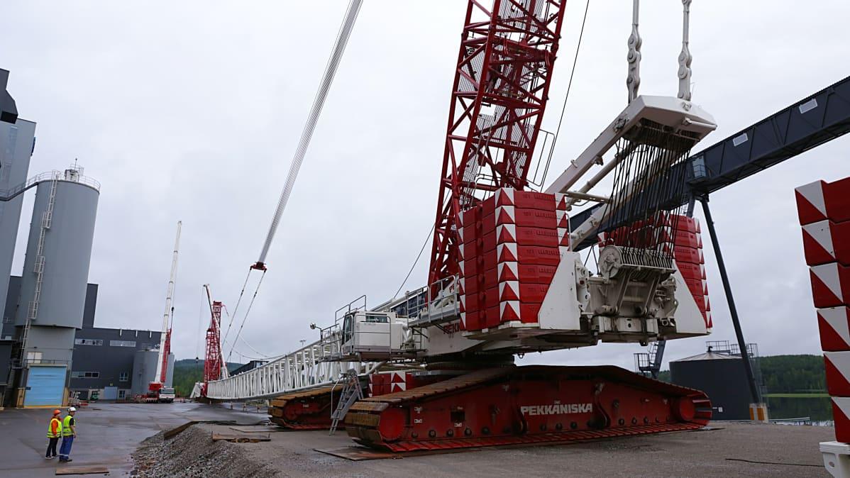Nosturia rakennetaan Keljonlahden voimalan edustalla.