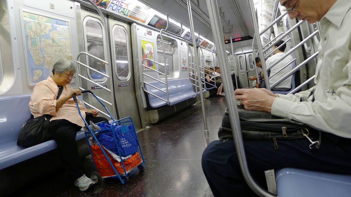 Matkustajia New Yorkin metrossa
