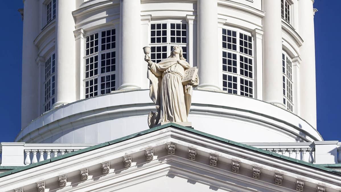 Patsas Helsingin tuomiokirkon katolla.