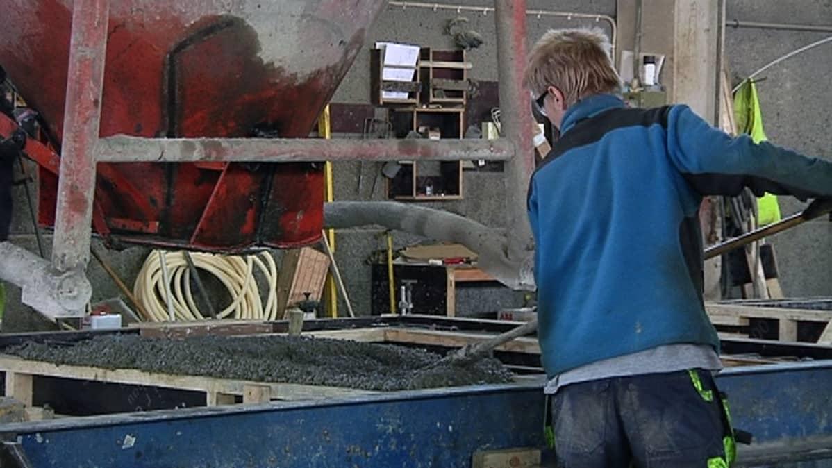 Betonielementin valmistusta Kouvolan Betoni Oy:n tehtaalla.