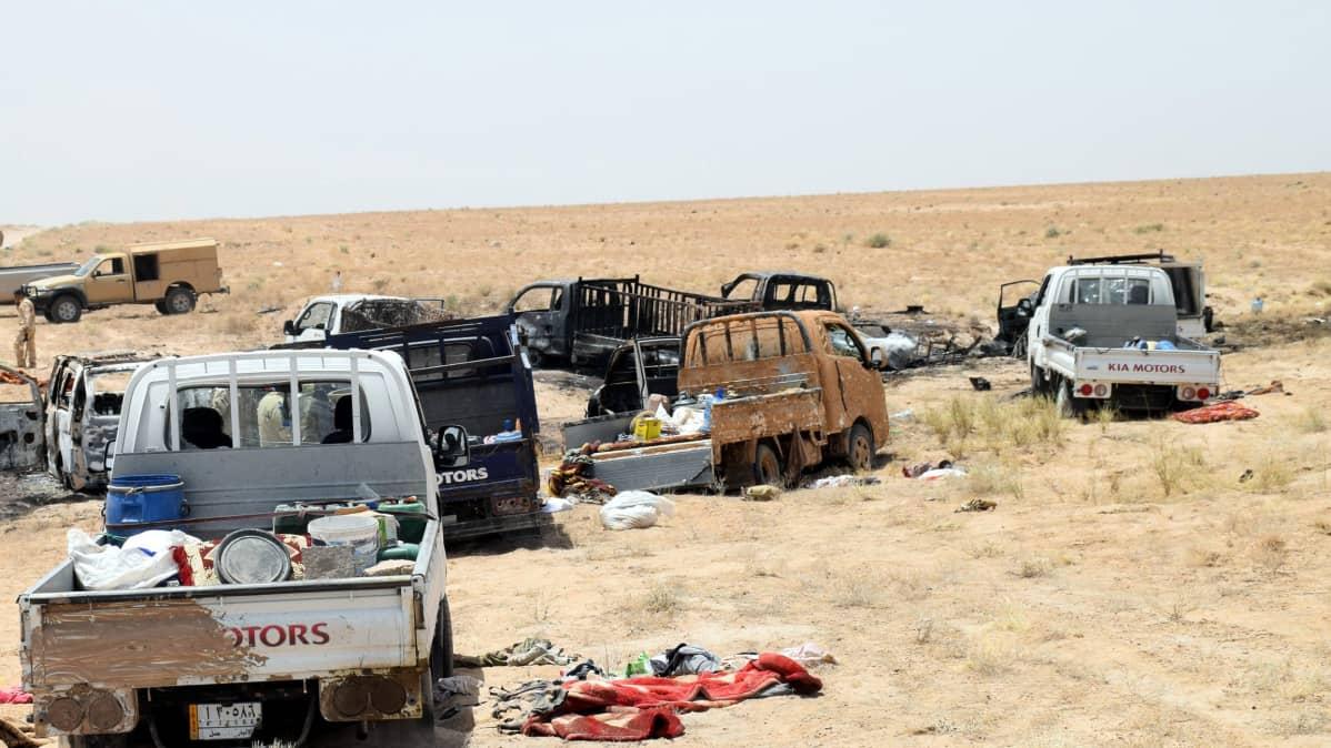 Tuhoutuneita autoja aavikolla.