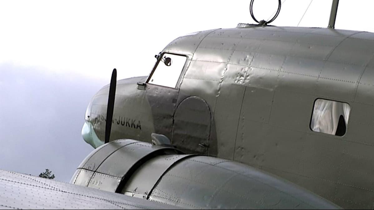 Historiallinen DC2-lentokone Hanssin-Jukka.