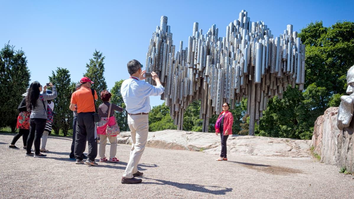 Valokuvausta Sibelius-monumentilla.