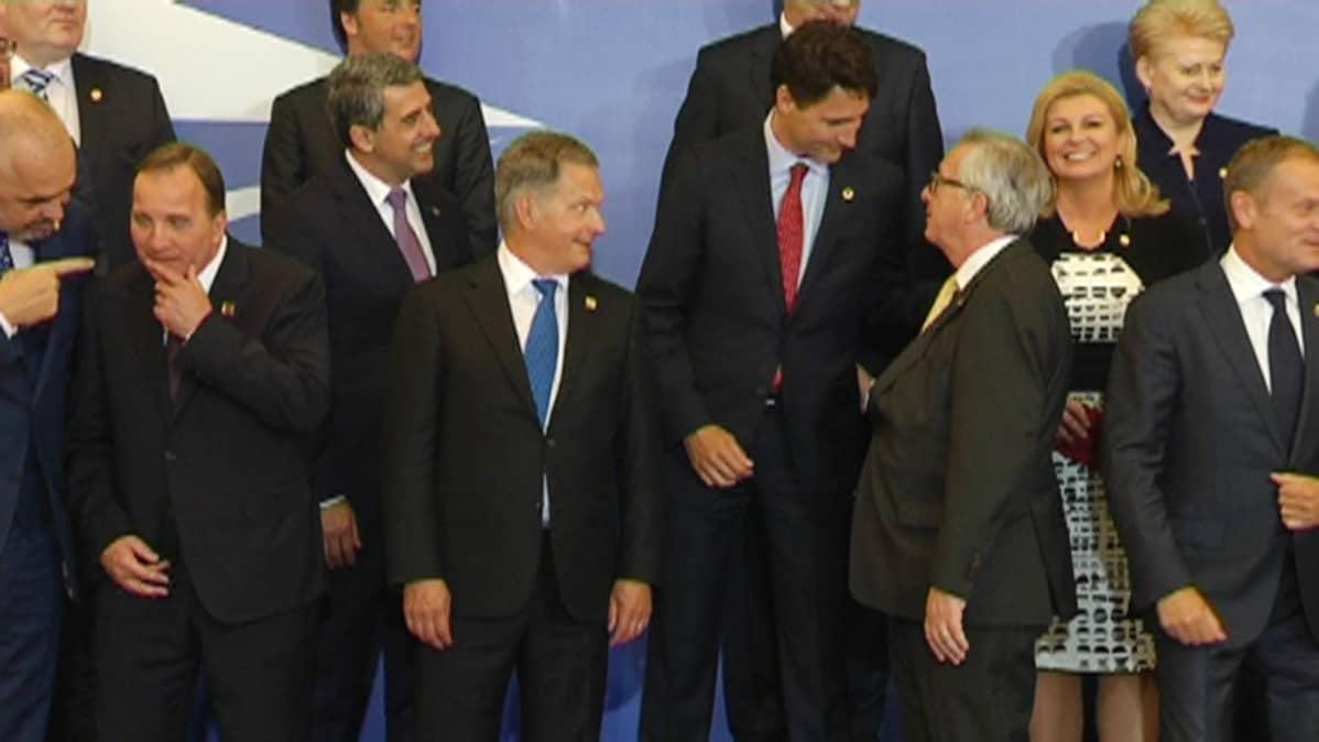 Presidentti Sauli Niinistö ryhmäkuvassa Varsovassa.