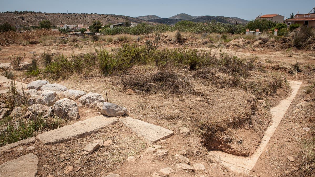 Raunioita. Salamiin vanhan kaupungin arkeologiset jäänteet ovat 0,5-1 metriä maanpinnan alapuolella.
