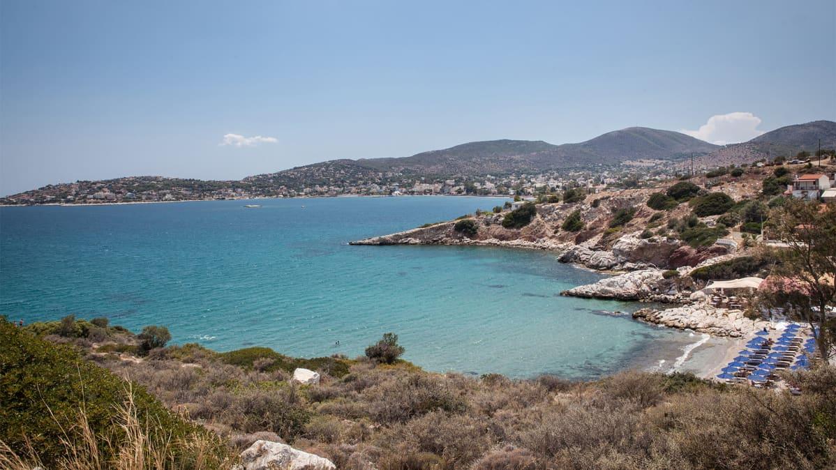 Kreikkalainen rantamaisema. Salamiin vesillä käytiin vuonna 480 eaa. kuuluisa meritaistelu.