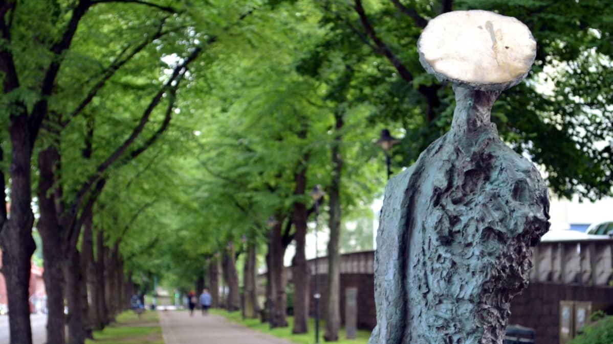 Tapio Junnon teos Aurinkoon katsoja Kotkan veistospromenadilla.