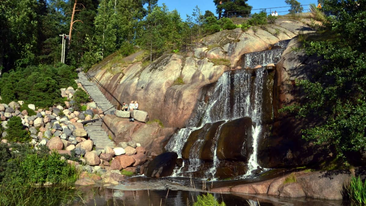 Vesiputous Kotkan Sapokan vesipuistossa.