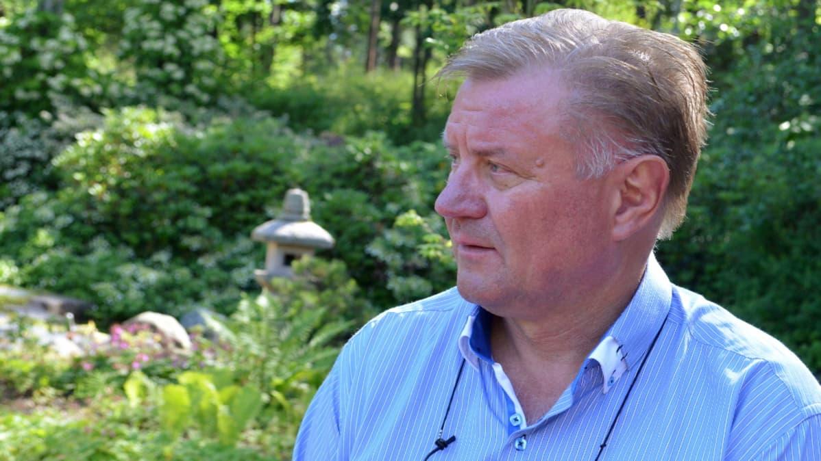 Kotkan kaupunginpuutarhuri Heikki Laaksonen Sapokan vesipuistossa.