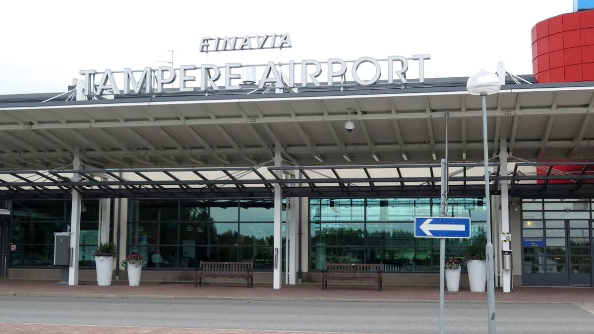Tampere-Pirkkala -lentoaseman sisäänkäynti.