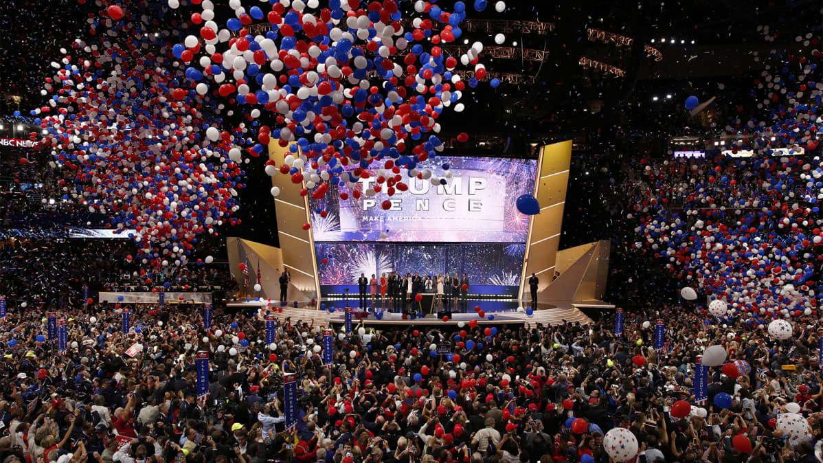 Satoja ilmapalloja ilmassa puoluekokouksessa.