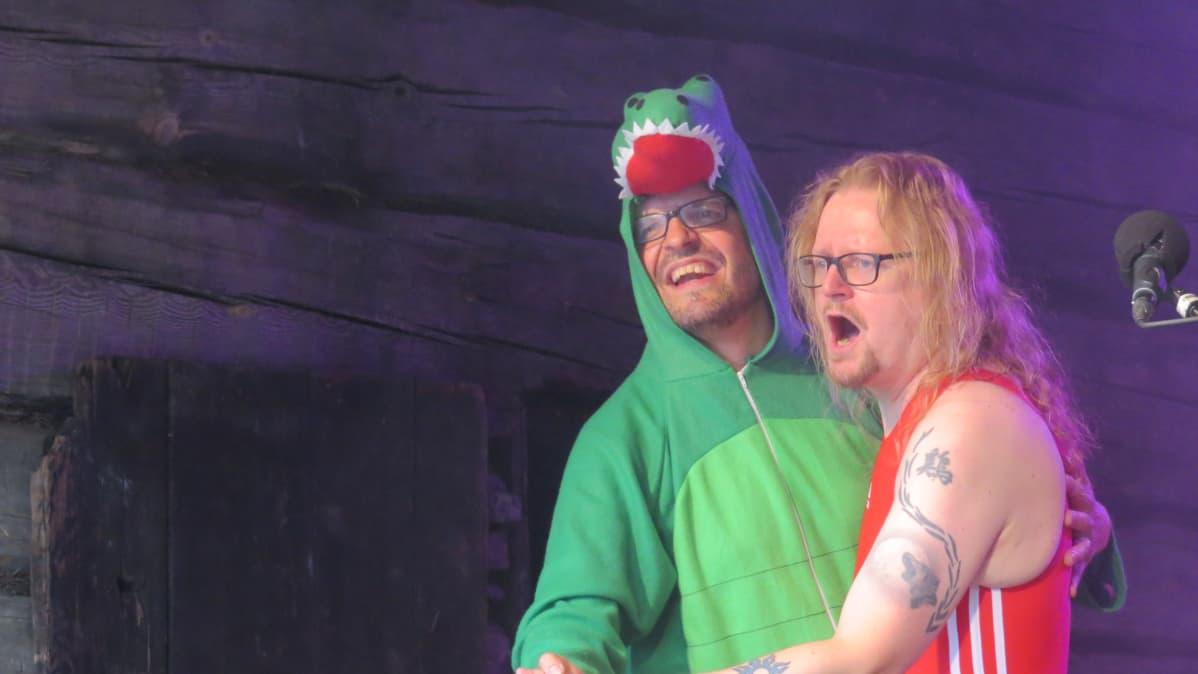 DJ Soft Egg ja DJ Kiik Ruusberg Naamat-festareiden lavalla.