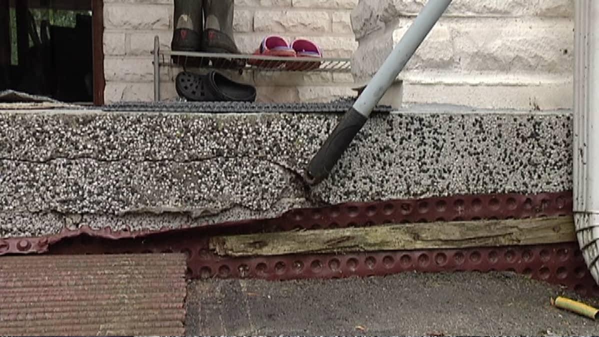 Ari Häkkisen mukaan muun muassa tämä halkeama on aiheutunut Lemminkäisen räjäytyksistä.