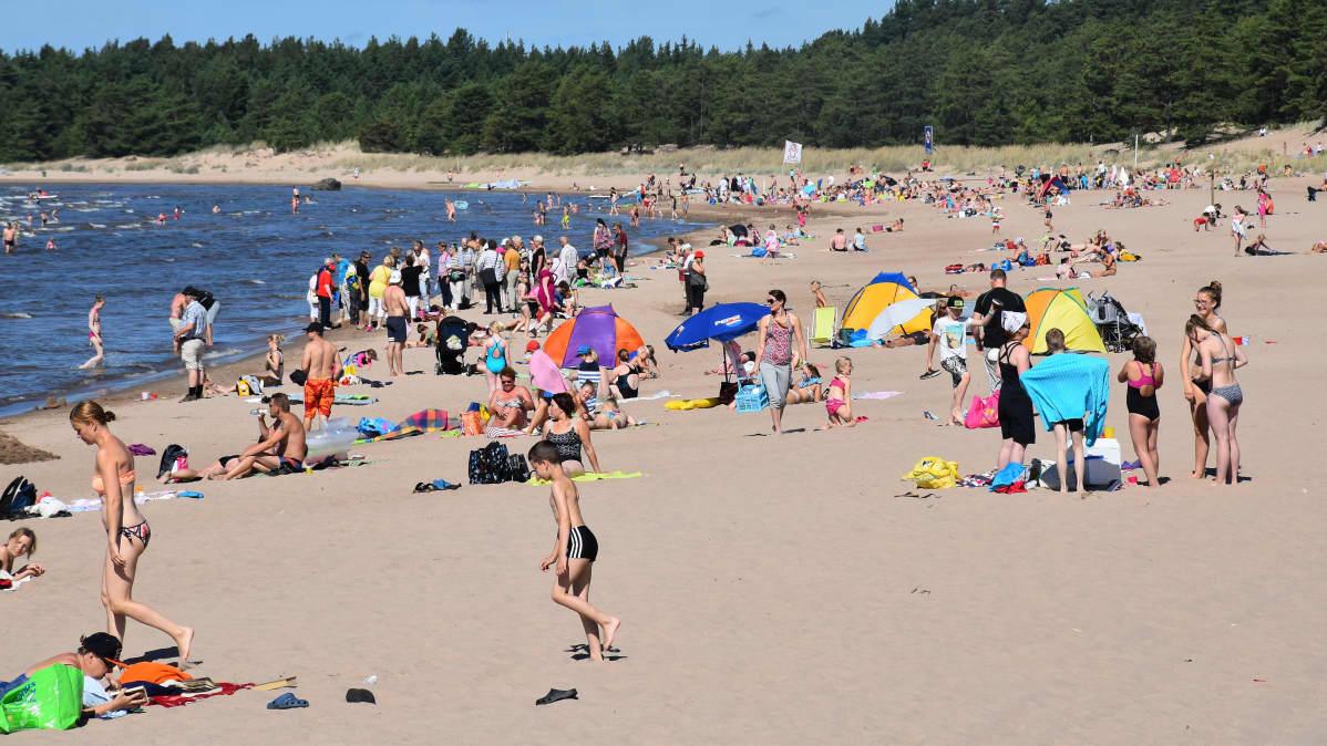 Ihmisiä Yyterin uimarannalla Porissa heinäkuussa 2016.