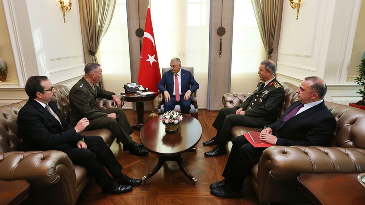 Yildirim ja komentajat keskustelevat.