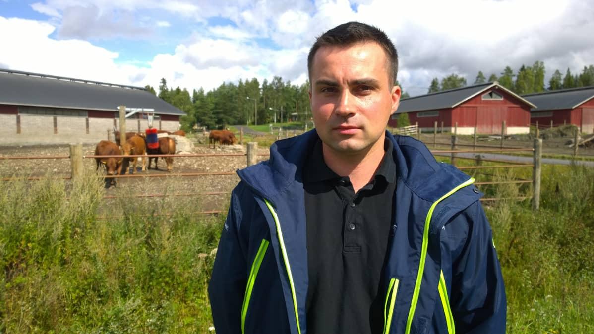Euroopan nuorten viljelijöiden CEJAn varapuheenjohtaja Juha Tenho kotitilallaan.