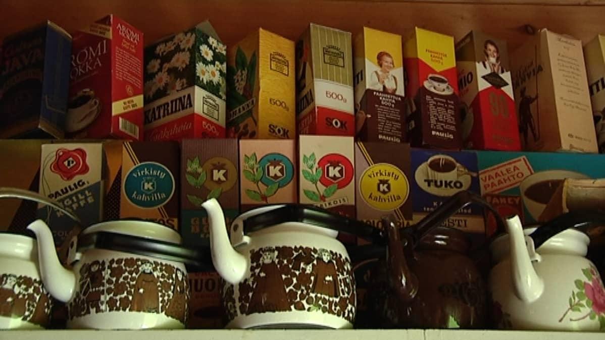 Keräilijän kokoelmassa on vanhoja kahvipaketteja ja -pannuja.