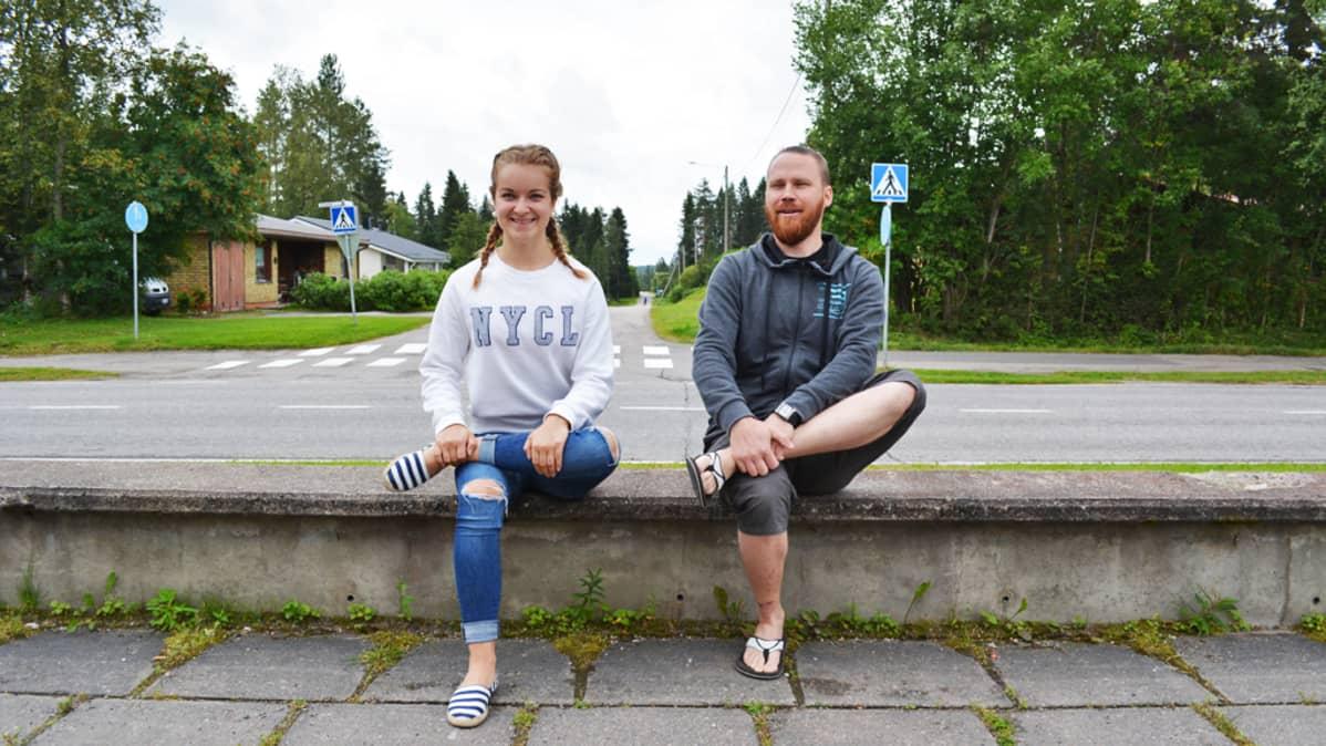 Mies ja nainen venyttävät pakaraa istualtaan.