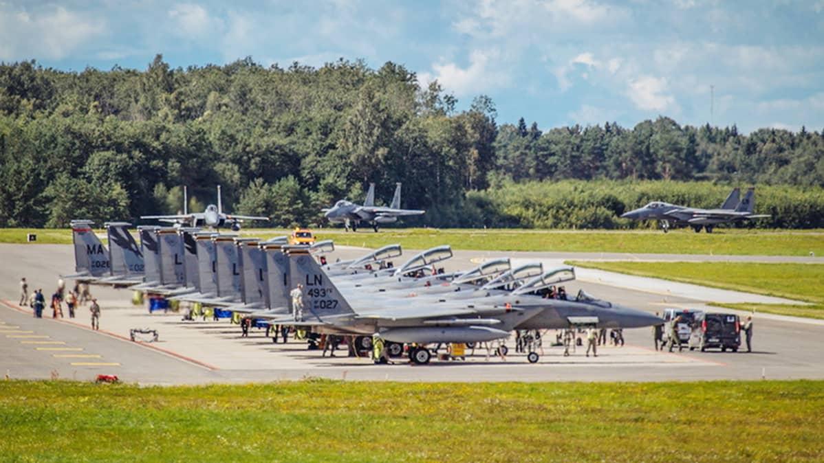 F-15 hävittäjiä Ämärissä.