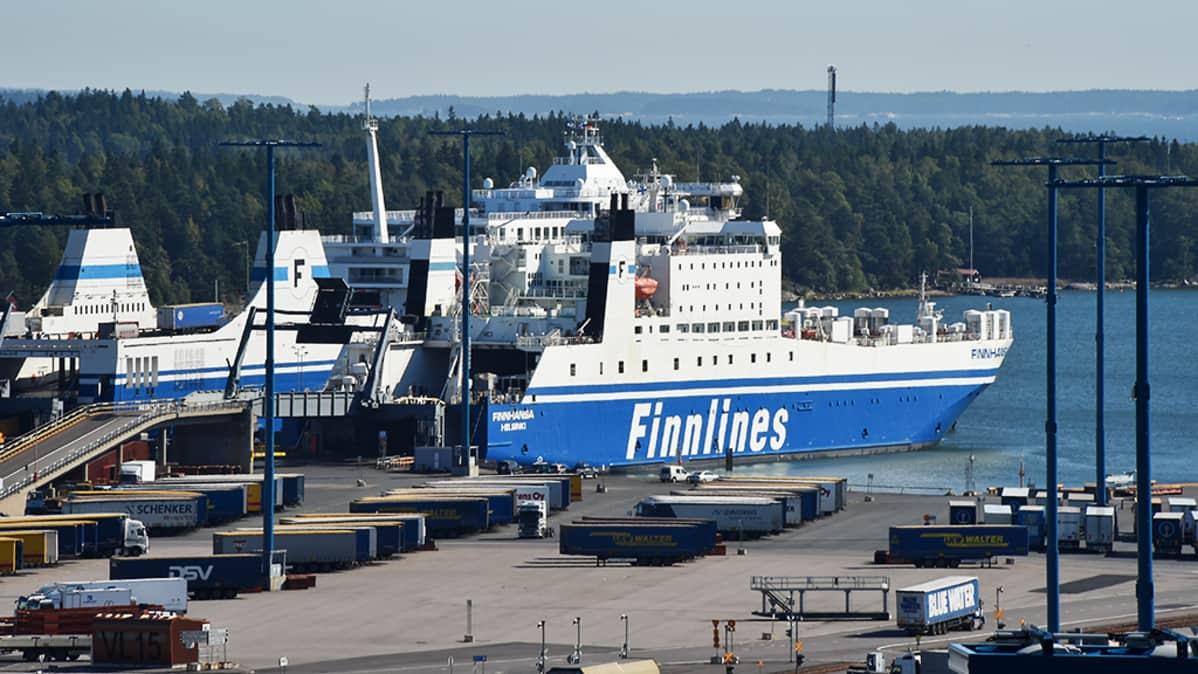 Finnlinesin rahtilaiva Vuosaaren satamassa Helsingissä.