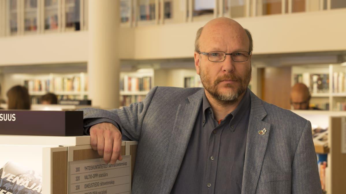 Heikki Kirjanen on tyytyväinen Töölön kirjaston uuteen ilmeeseen.