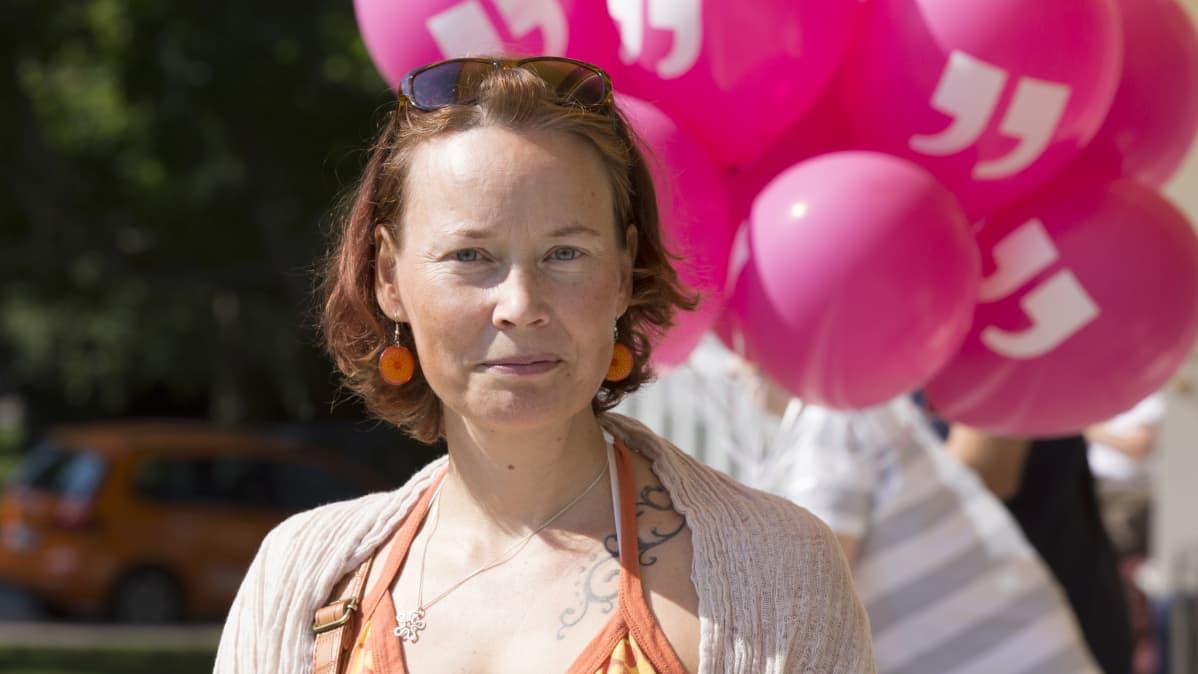 Karita Niittymäen pitää uuden kirjaston vaaleasta ilmeestä.