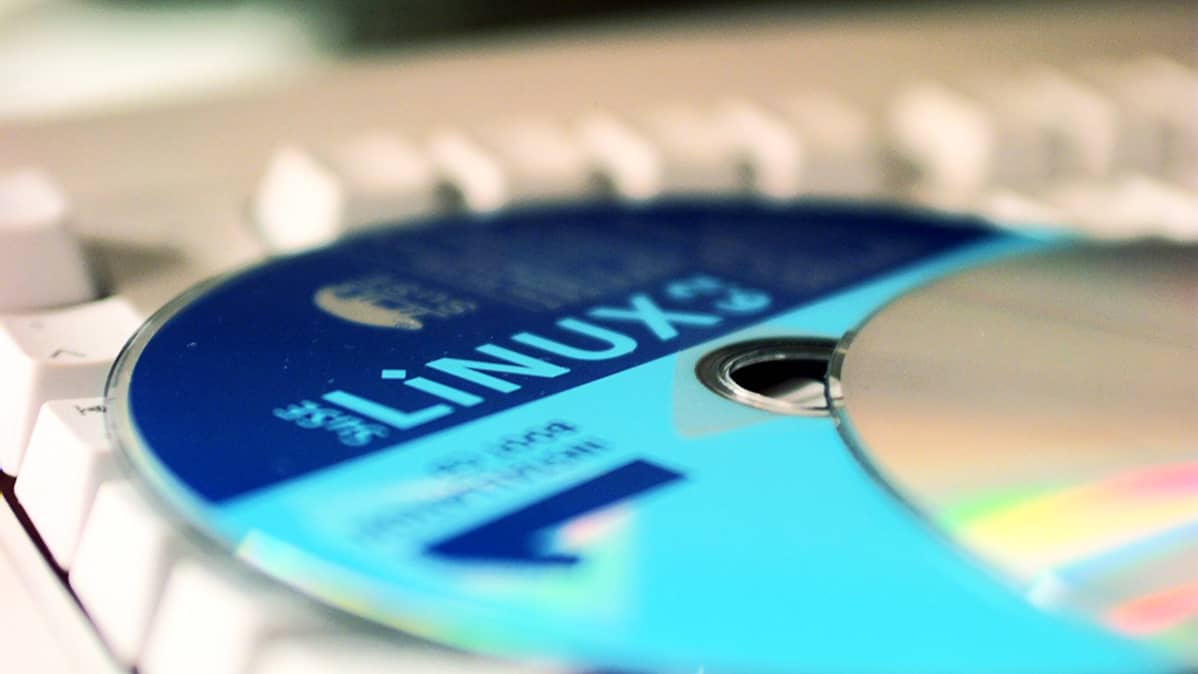 Linux-käyttöjärjestelmän asennuslevy näppäimistön päällä.