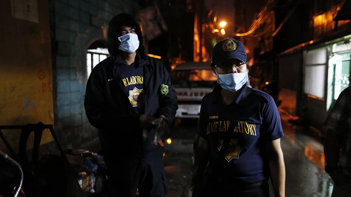 Huumeidenvastaiseen operaatioon osallistuneita filippiiniläisiä rikostutkijoita.