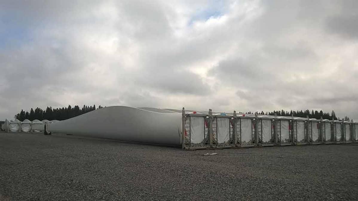 Tuulivoimalaitoksen osia Kalajoen satamassa