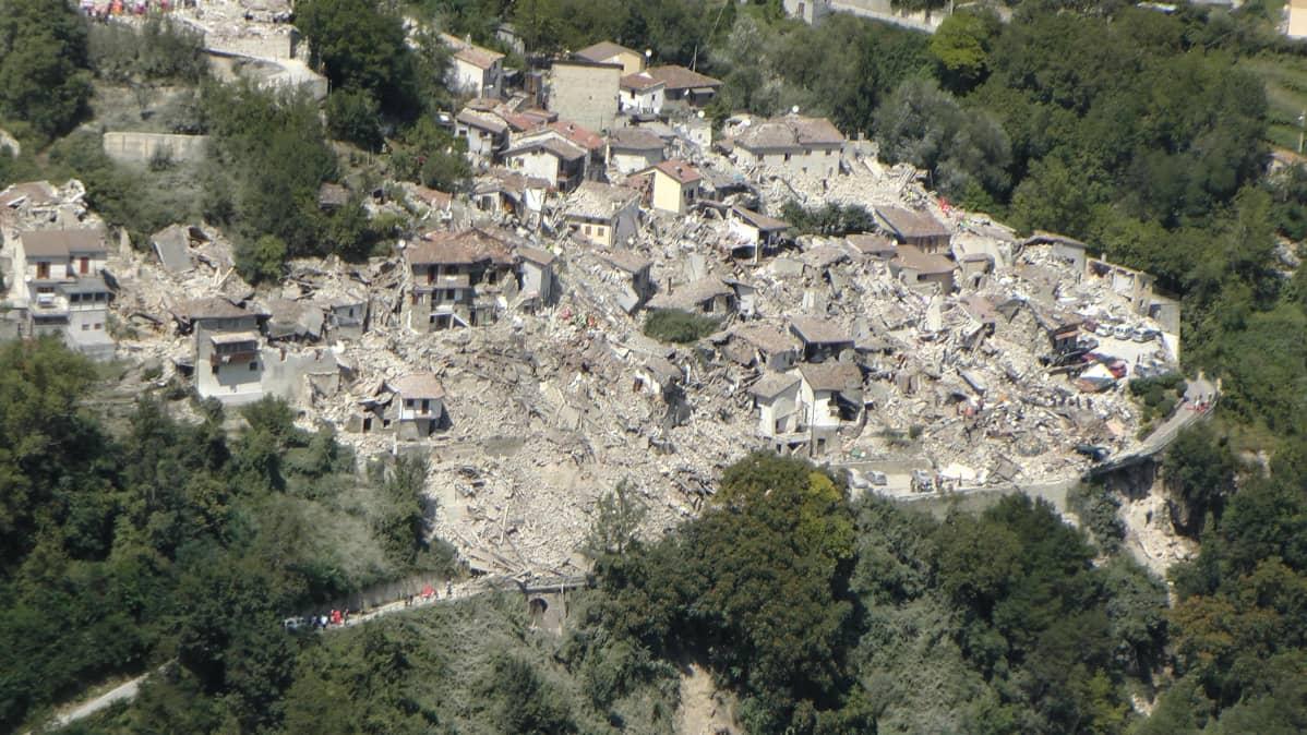Ilmakuva järistyksen runtelemasta kaupungista. Suuri osa taloista on romahtanut.