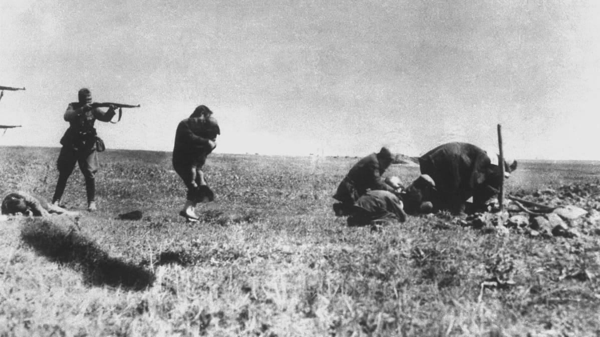 Natsisotilaat ampuvat siviilejä.