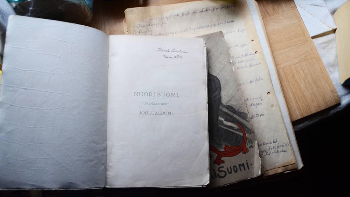 Vanha avoinna oleva kirja.