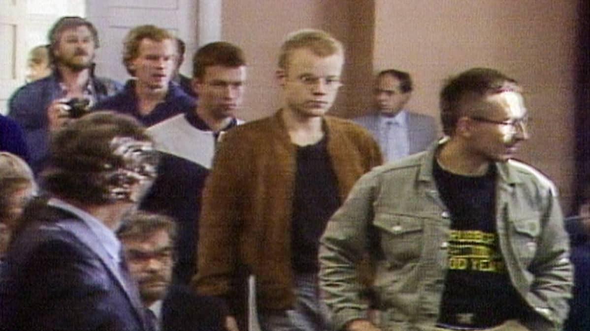 Oulun kaupunginteatterissa vuonna 1987 esitetyn ja kansallisesti kuohuntaa herättäneen esityksen 'Jumalan teatteri' jäsenet, Teatterikorkeakoulun silloiset opiskelijat Jari Halonen, Jari Hietanen, Esa Kirkkopelto ja Jorma Tommila saapuivat oikeudenistuntoon syyskuussa 1987.