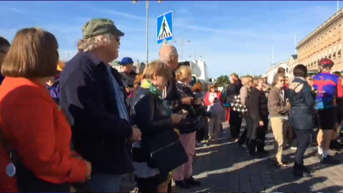 Kuvassa ihmisiä Helsingin Kauppatorilla katsomassa Norjan kuningasparin vastaanottoa.