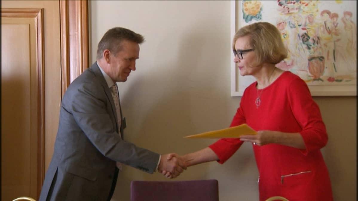 Kunnanjohtaja Eero Ylitalo luovutti adressin ja vetoomuksen ministeri Risikolle.