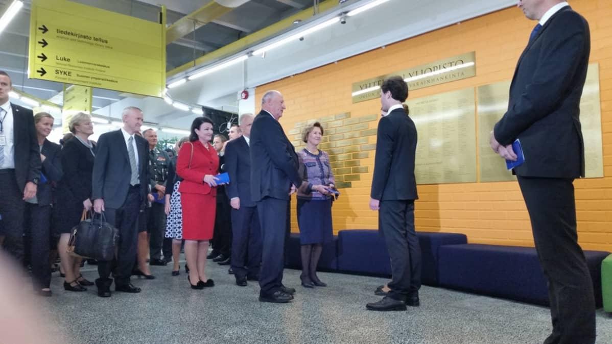 Norjan kuningas Harald V kuningatar Sonja tapaamassa opiskelijoita Oulun yliopistolla.